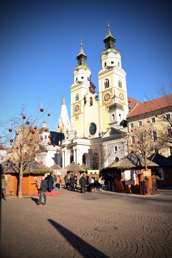 il duomo con l'omonima piazza e i mercatini di natale a bressanone