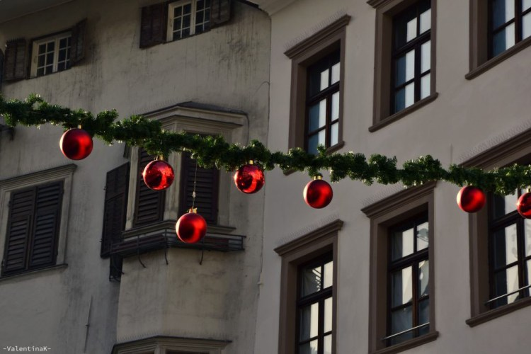 palline rosse e decorazioni natalizie a bolzano