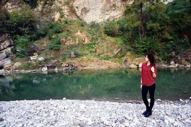 Valentina a castel del rio, presso il fiume