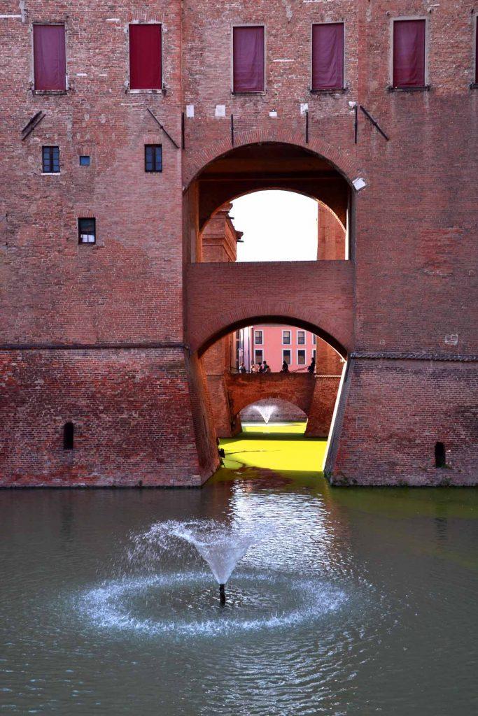 cosa vedere a Ferrara: scorcio del castello estense e del fossato
