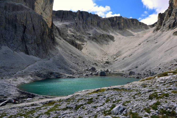 il lago pisciadù, con accanto il sentiero per la cima pisciadù