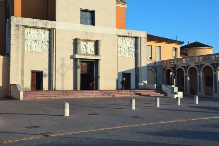 la chiesa di sant'apollinare e il portico di tresigallo