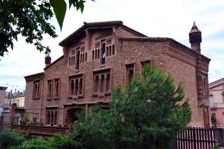la cripta della colonia güell; ca l'ordal, una delle costruzioni moderniste della colonia
