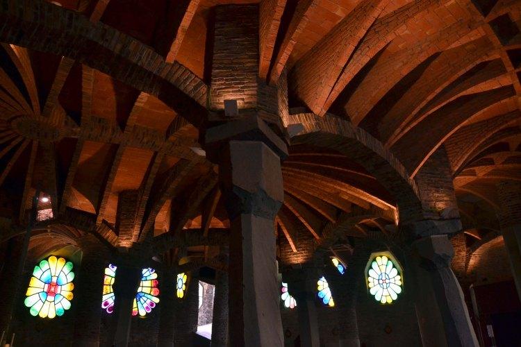 l'interno della cripta della colonia güell, con le arcate e le colonne