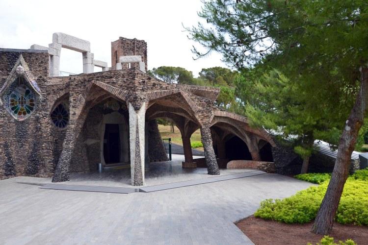 la cripta della colonia güell, in mezzo alla pineta