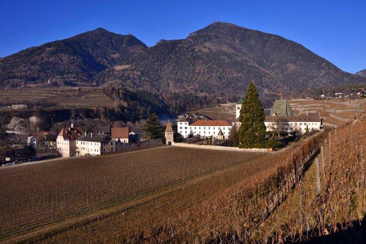 da Bressanone all'Abbazia di Novacella a piedi: veduta dal sentiero sull'abbazia