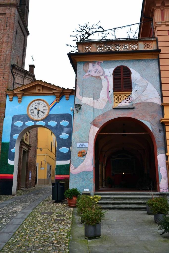 visitare dozza - l'arco con l'arcobaleno e il portico con il murale dell'elfo