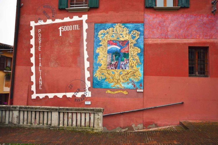 visitare dozza - i murales in piazzetta carducci nel borgo dipinto