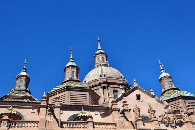 cosa vedere a saragozza in un giorno: le cupole della cattedrale di nuestra senora del pilar