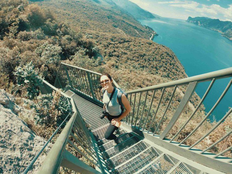 Sentiero Busatte Tempesta: valentina sulle scalinate con vista sul lago di garda