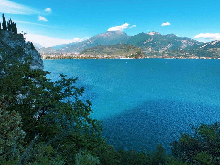 Da Riva del Garda al lago di Ledro in bicicletta: veduta sulla costa nord del lago di Garda