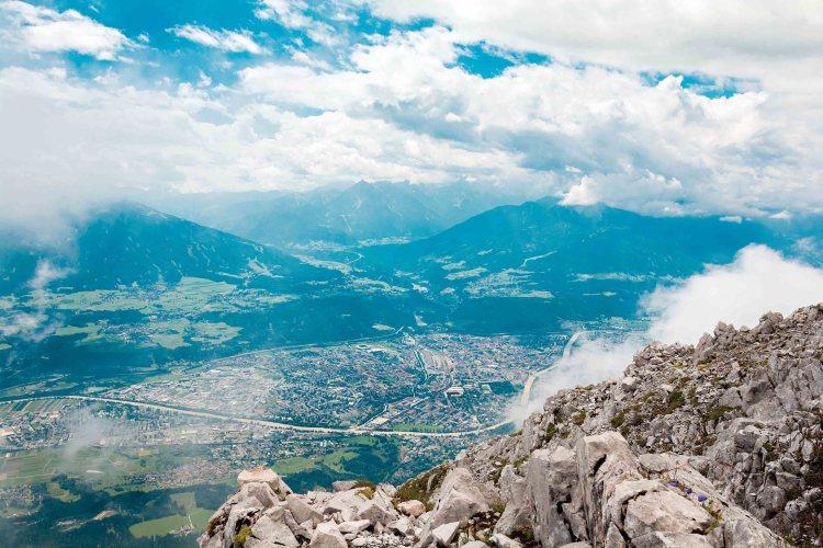 Cosa fare a Innsbruck in estate: veduta sulla città dall'alto delle montagne