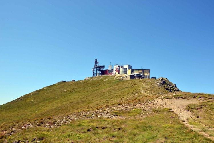 escursione al Monte Cimone: gli edifici che sorgono in cima