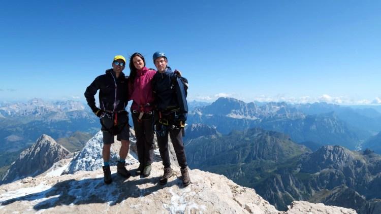 felicissimi sulla cima della Marmolada con un panorama dolomitico mozzafiato