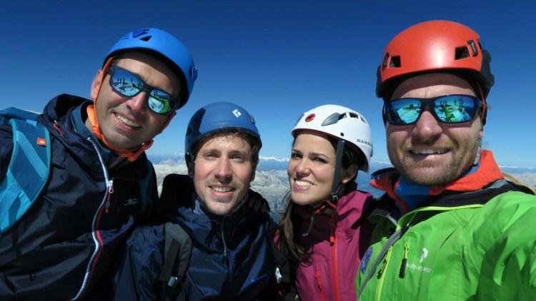 gruppo di escursionisti della marmolada con la guida alpina