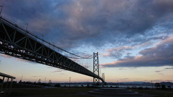 夕暮れ時の明石大橋