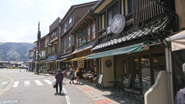 城崎温泉駅前から続く街並み