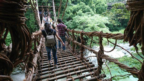 かずら橋の上