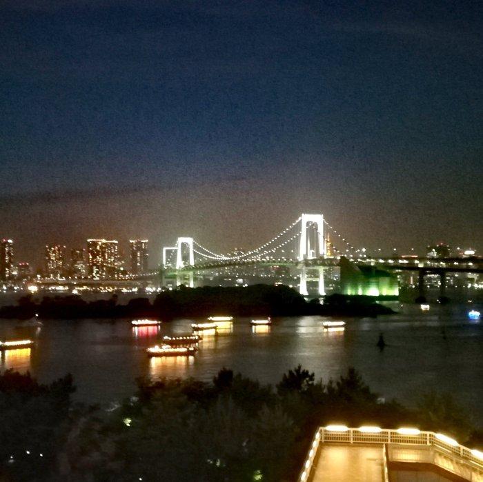 お台場からの夜景(msb田町とレインボーブリッジがつながって見える)