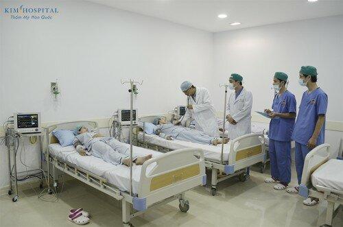 Phòng chăm sóc hậu phẫu trang bị hệ thống Oxy trung tâm và Monitor theo dõi toàn diện tình trạng sức khỏe