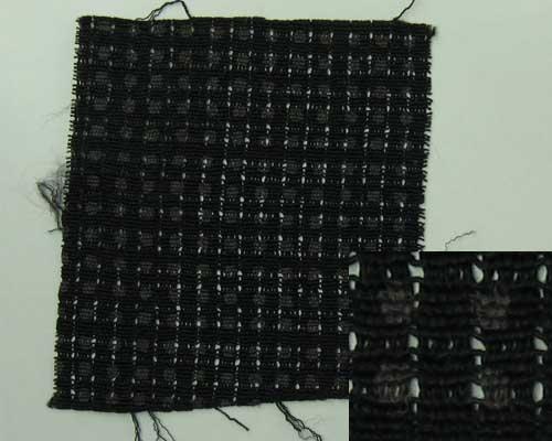 四角の四隅に隙間がある。地色が黒で 茶色の玉模様