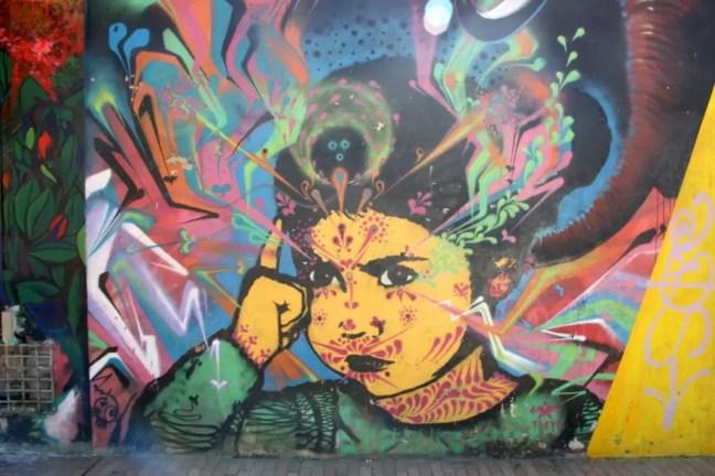 Kleurrijk meisje, graffiti in Bogota