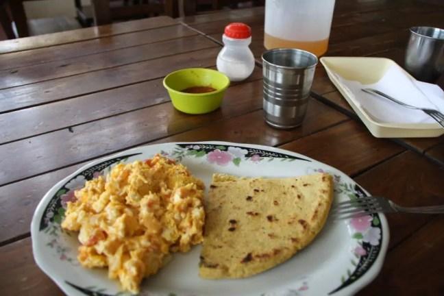 Colombiaans ontbijt: Arepa met huevos revueltos