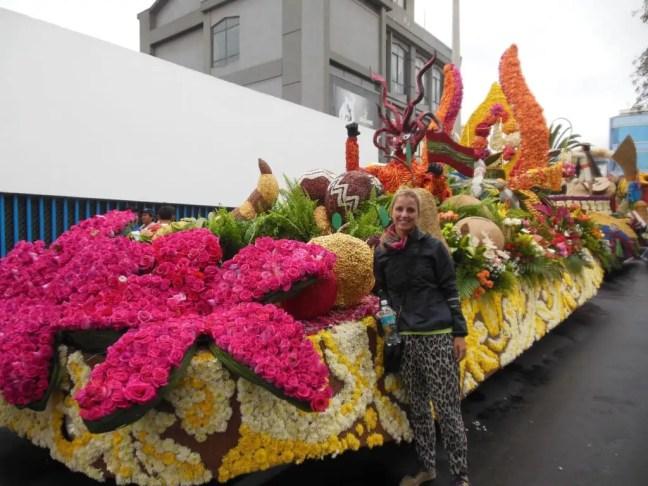 Praalwagen bij de start van de parade