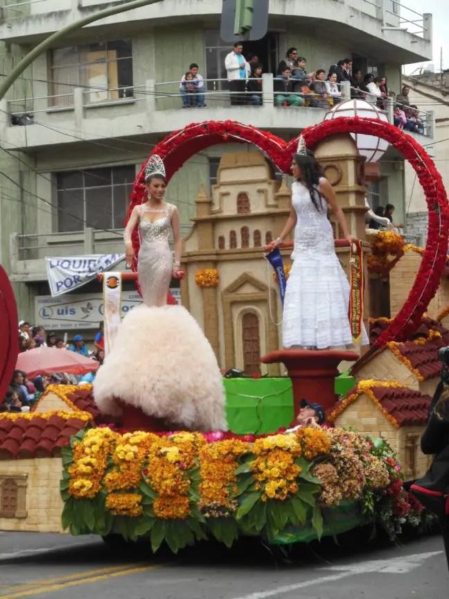 Twee van de koninginnen van het carnaval in Ecuador