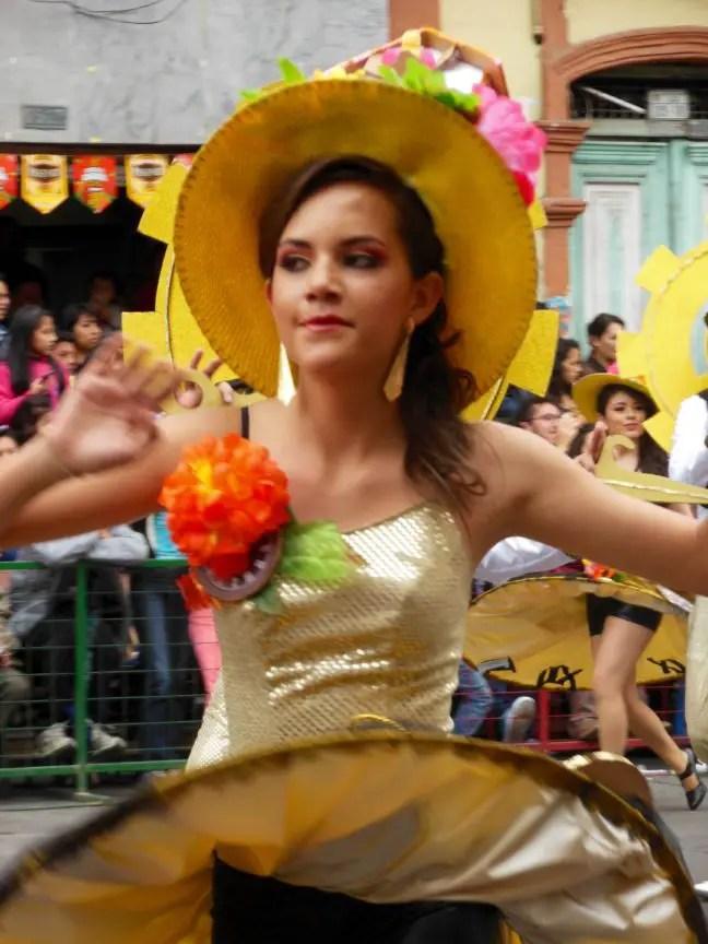 Dansend door de straten van Ambato tijdens het carnaval in Ecuador.