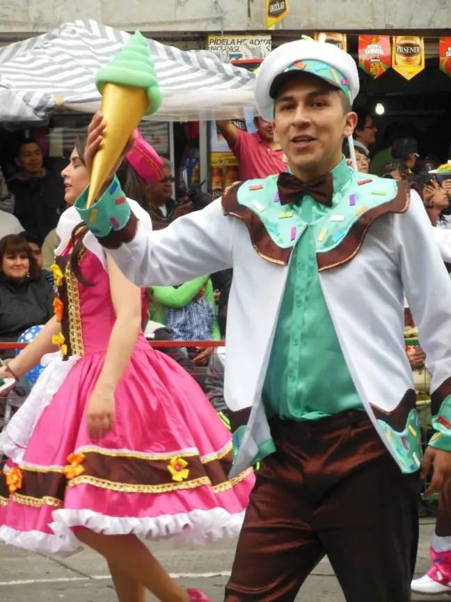 Iedereen doet z'n best op mooie kostuums voor carnaval.