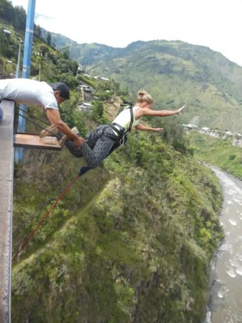 Puenting: vrijwillig van een brug afspringen.