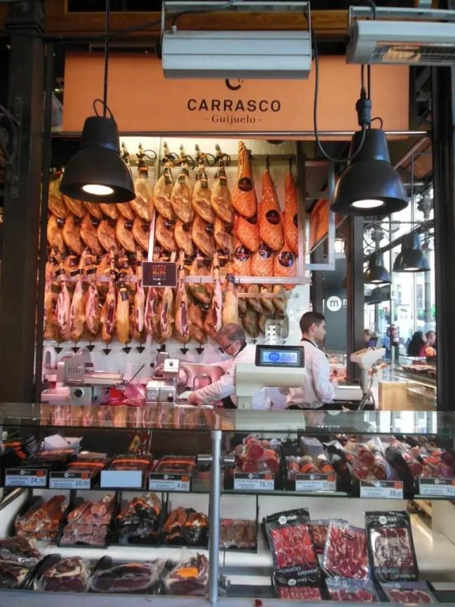 Prachtige iberico hammen op de Mercado San Miguel in Madrid.