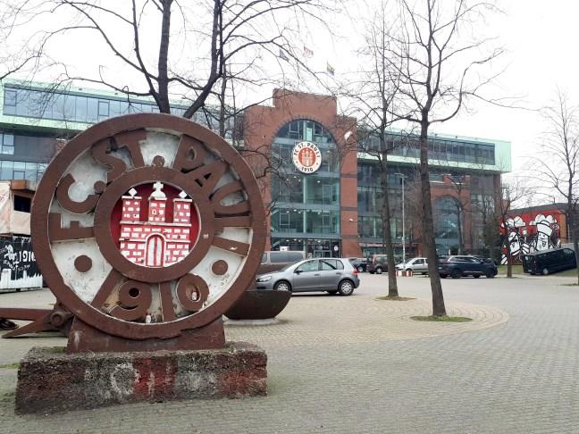 Logo van St. Pauli voetbalclub voor het stadion