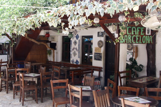 Cafe Barcelona in Kaş, schattig