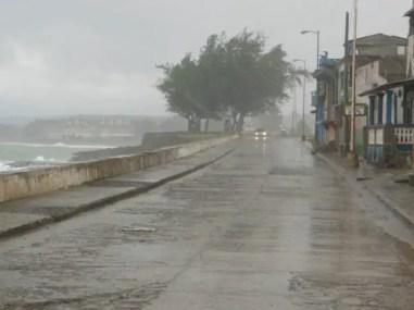 Regen overstroomt de boulevard van Baracoa