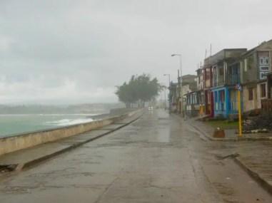 Regen op de straten van Baracoa