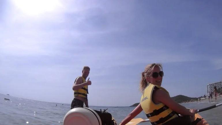 Kajakken bij Playa d'en Bossa - foto op zee in de kajak. Kim zit er in en een jongen moet nog instappen