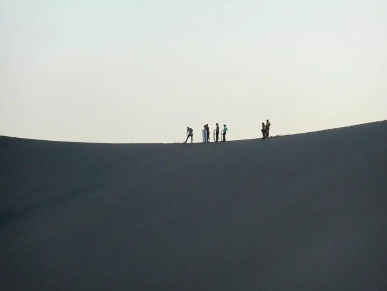 Sandboarders wachten op hun beurt