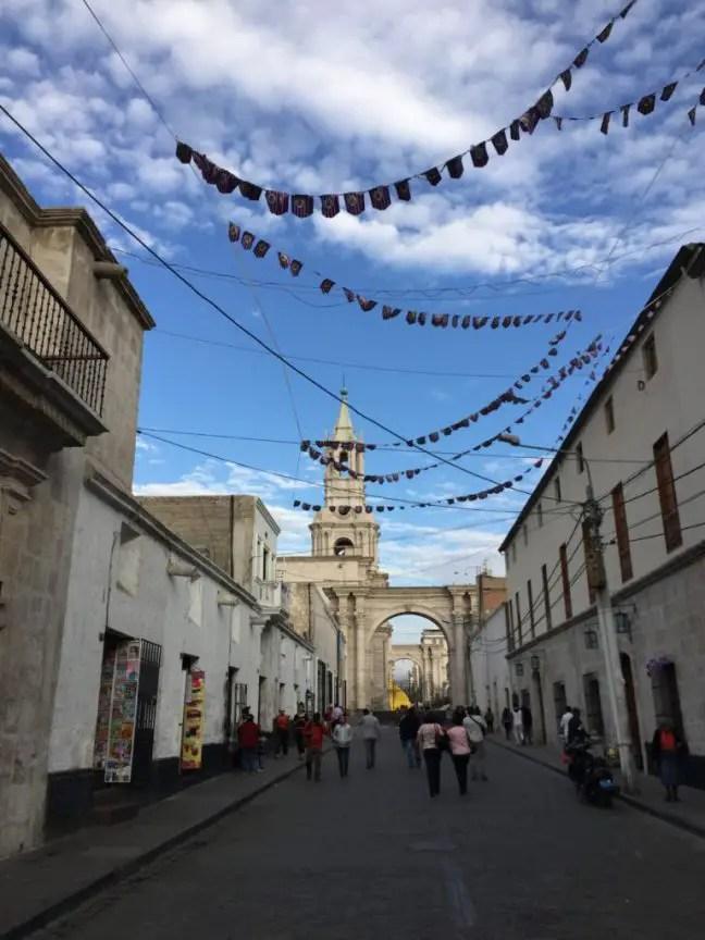 Versierde straten in Arequipa voor de festiviteiten