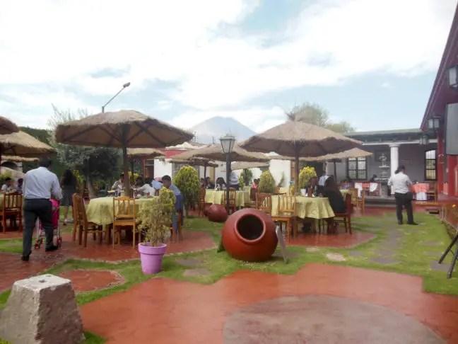De tuin van Tradición Arequipeña. Hier kun je ook eten en ondertussen naar live muziek luisteren.