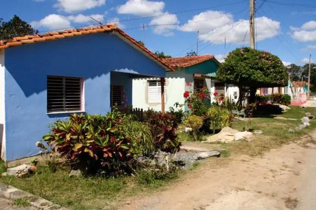 Kleurrijke huizen net achter de hoofdstraat.