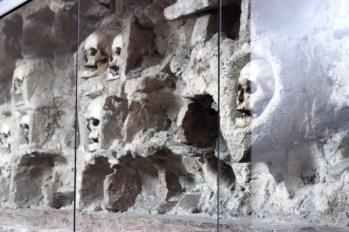 Enkele van de nog 58 overgebleven schedels in de Skull Tower.