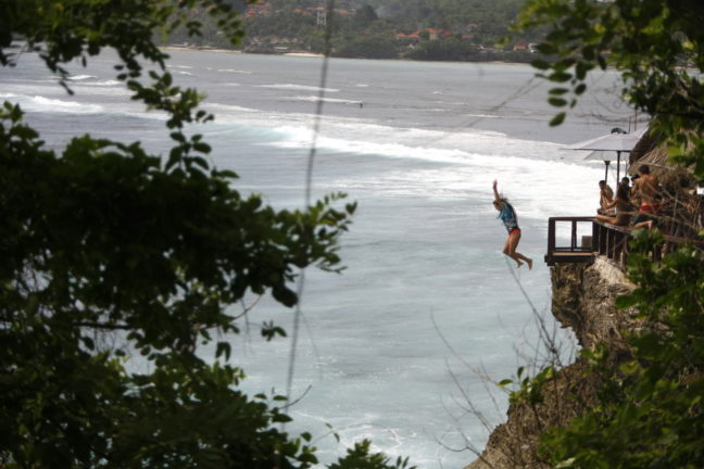 Cliff jump bij Mahana Point