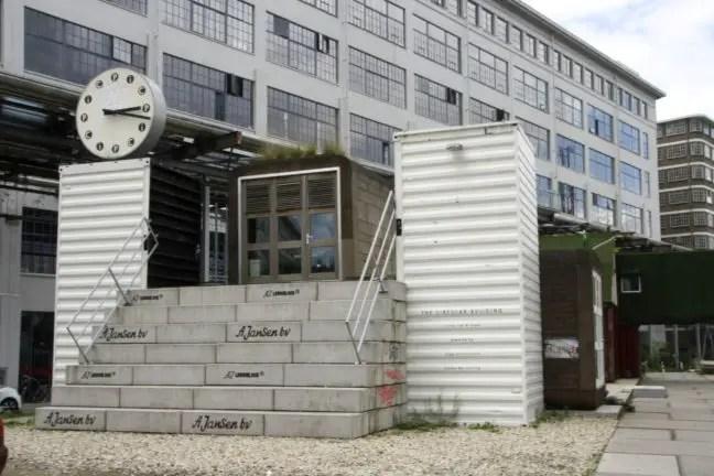 De containers zijn te midden van de oude Philips gebouwen geplaatst