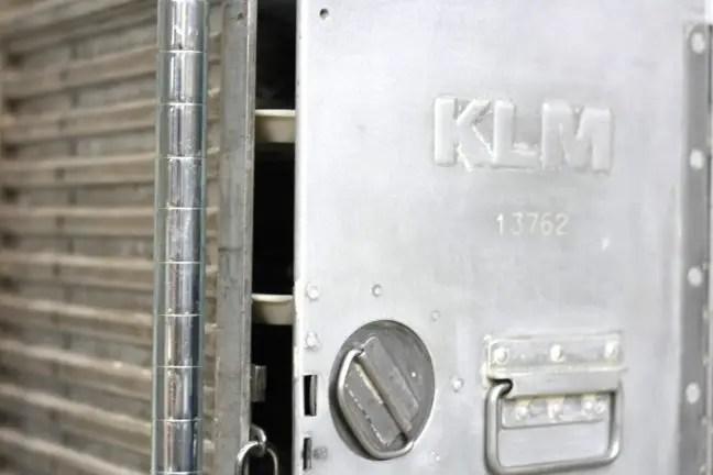 Een oud KLM-kastje wordt gebruikt om kleine items op te slaan