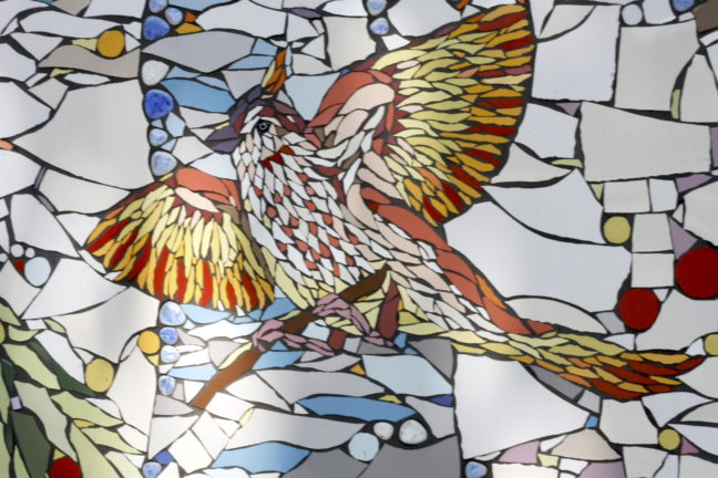 Mozaiekmuur gemaakt door honderd vrijwilligers van de kerk.
