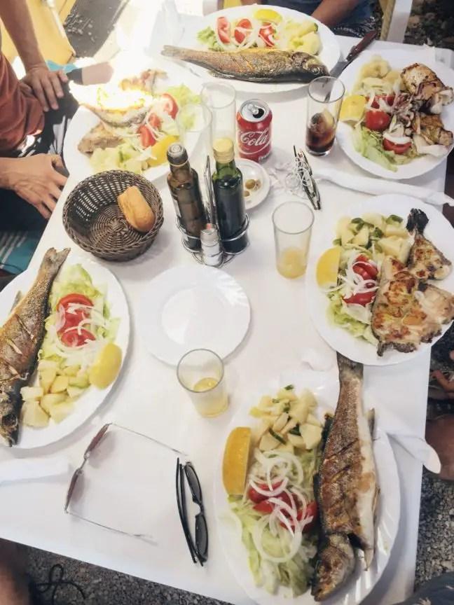 Tafel vol visgerechten bij de Fish Shack, Ibiza
