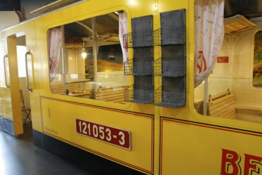 Eten in een treincoupé in Praag.
