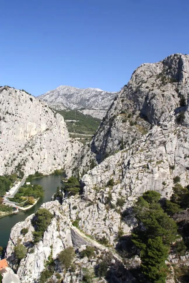 Omiš grijsgekleurde bergen met wat begroeiing